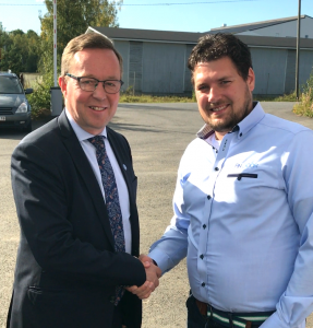 The Finnish Minister of Economic Affairs, Mika Lintilä and Findoor AB's Sales Manager Fredrik Thelin.