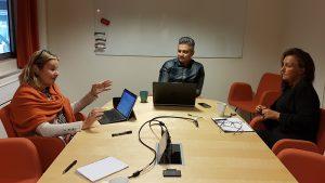 Planet Bridgen Susan Törne Henningsson ja IUC:n Farhad Nekouei sekä Helene Axelsson iloitsee Smart Integration projektin menestyksistä.